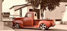 En röd pick up